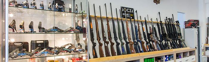 Übersicht des Waffenangebots im Geschäft